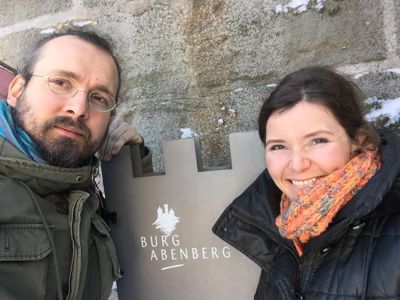 Lisa Hübner und Michael Kirschner entwickeln partizipative Ausstellungen, aktuell rund um das Feuertanz-Festival auf Burg Abenberg.